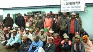 foto di gruppo con i membri di uno dei 9 VOI presenti nel distretto di Fandriana