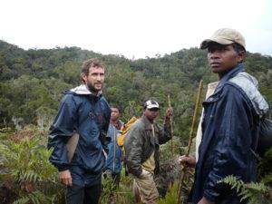 Nicola Gandolfi con l'equipe in foresta